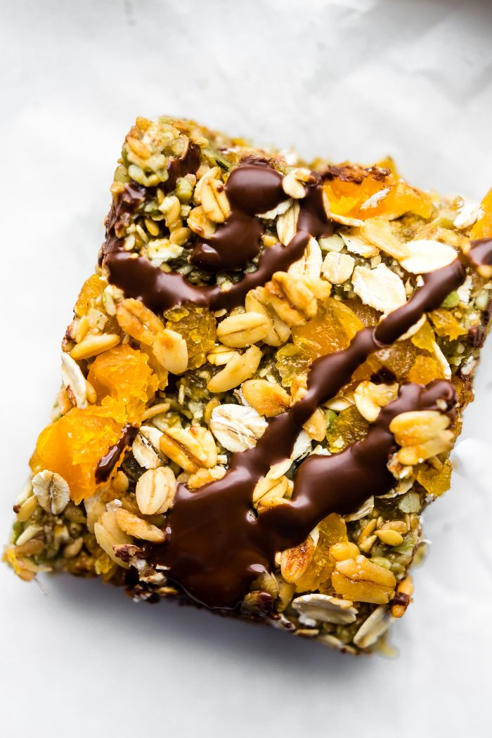 Vegan No Bake Apricot Oat Protein Bars // These crunchy and flavorful no-bake protein bars are best when made in a huge batch in advance. They are great to eat when you are short on time or on the go. #vegan #protein