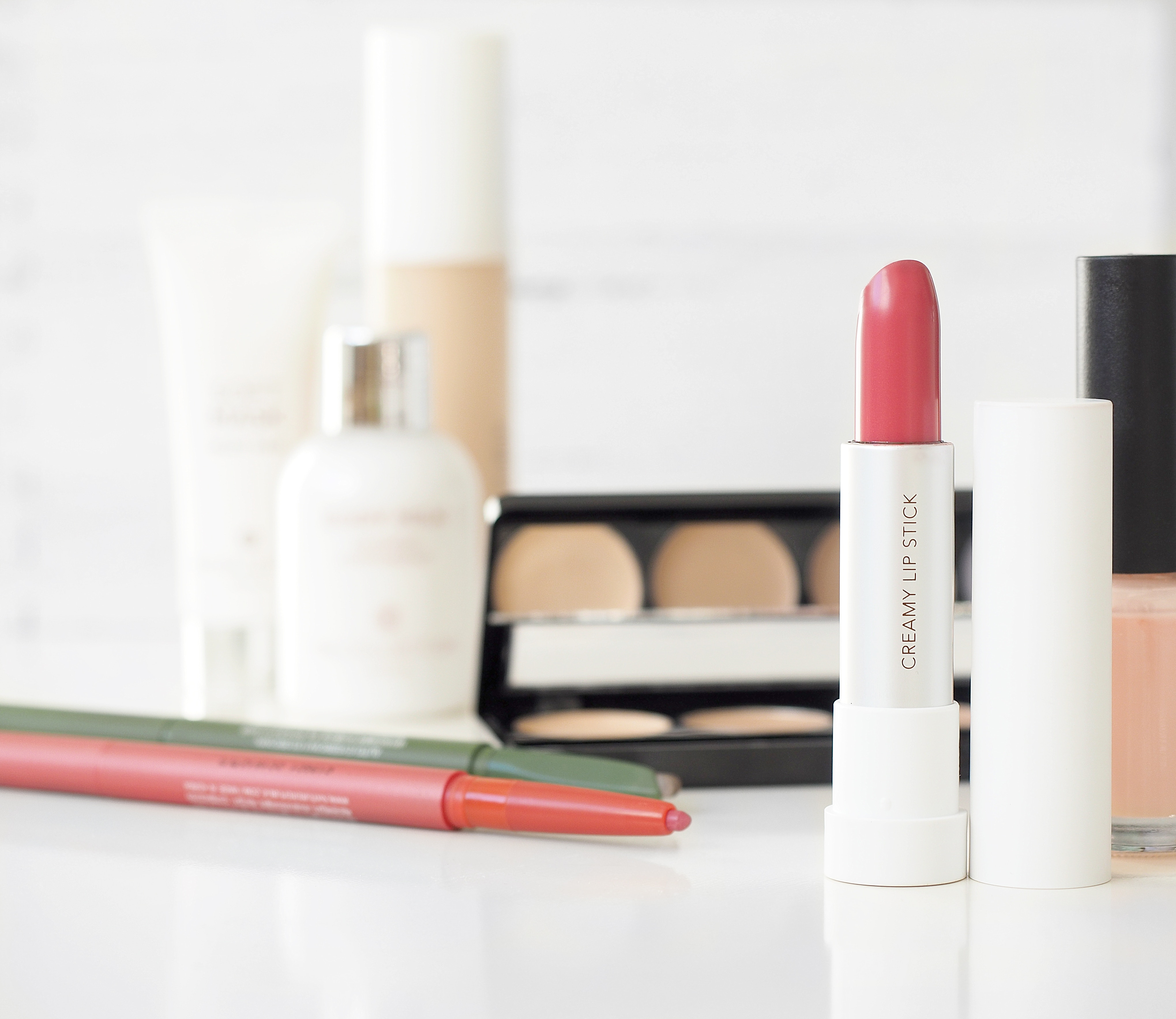 What if you could Save Money on your Makeup? Awesome, right? Well, you can start saving money plus cash back when you buy your makeup as I do. Click here to know the trick I use to save money on makeup. Click for all the details! #savingmoney #savemoney #frugalliving
