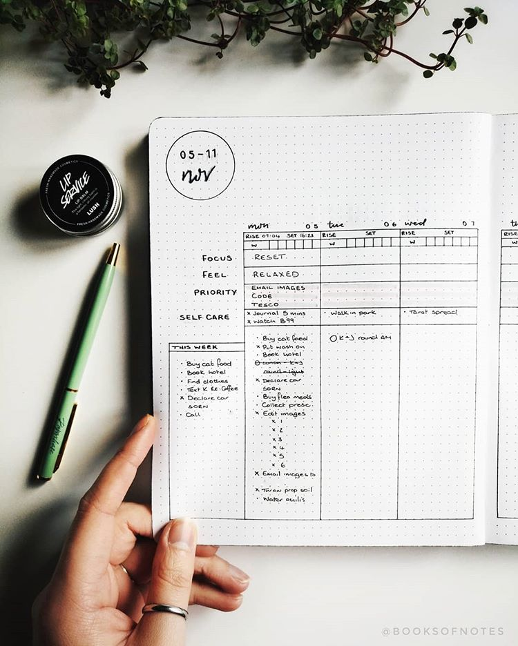 17 Simple, Beautiful and Minimalist Bullet Journal Weekly Spreads/Layouts you need to try right now. You'll find all kinds of collection pages include key, index, budget & finances, workout, monthly cover, habit tracker, yearly calendar, future log, daily log, weekly spreads, books to read, and more to setup your minimalist bujo. Simple header and banner ideas, monochromatic highlighting and other tips #bulletjournal #bulletjournalweeklylog #bujo #weeklyspread