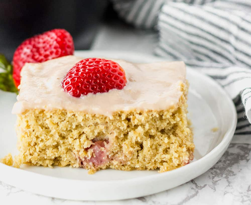 Strawberry Breakfast Cake and 17 More Protein Packed Vegan Breakfast Ideas that are perfect for busy mornings and on the go. It's easy to eat clean and achieve your weight loss and fitness goals with these delicious recipes for your busy morning. From smoothies, tofu scrambles to overnight oats, you're sure to find something you love. #vegan #protein