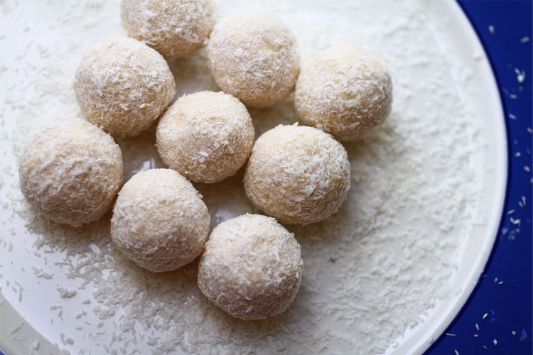 These keto fat bombs are so EASY!! Fat bombs make for a yummy keto dessert for my ketogenic Diet! Cheesecake fat bombs, peanut butter fat bombs, chocolate, strawberry & more!! Love these low carb desserts! Clean Eating Desserts, LCHF, Keto For Beginners, Low Carb Dessert Recipes, Low Carb Diet #keto #ketodiet #ketorecipes #lowcarb #cleaneating