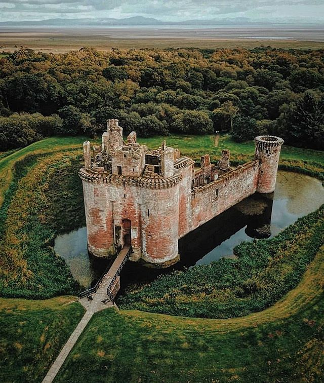 10 Scottish Castles that are straight out of a fairytale. These iconic landmarks in Scotland are a must see!! Some of the best castles in Inverness. Learn some little known facts about Scottish Castles before your trip.#scottishcastles #scottishcastle #castles #castle #scotland