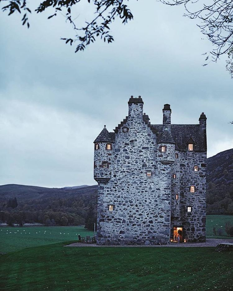 10 Scottish Castles that are straight out of a fairytale. These iconic landmarks in Scotland are a must see!! Some of the best castles in Inverness. Learn some little known facts about Scottish Castles before your trip.#scottishcastles#scottishcastle#castles#castle#scotland