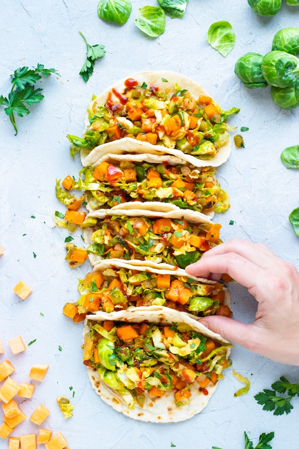 13 easy vegan dinner recipes you have to try! These plant-based dishes are nutritious and delicious. Ready in 30 minutes or less! Lots of healthy options from pastas to salads, #vegan #dinner #plantbased
