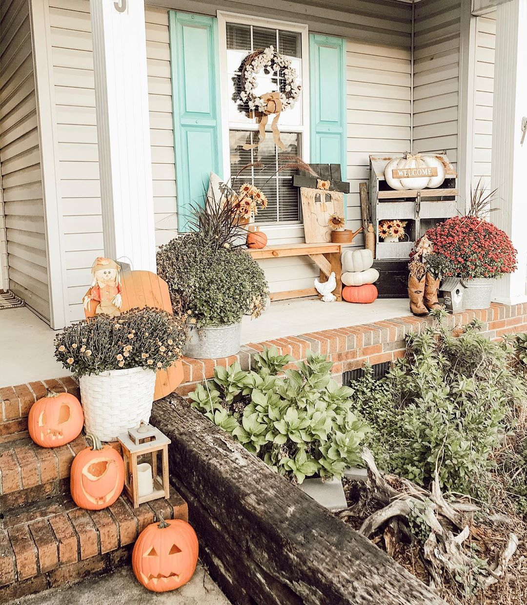 Perfect Fall Front Porch Decor Ideas for this Autumn! From spooky halloween decor to farmhouse inspired Fall decor. A lot of these are DIY friendly and work for all budgets! #FallDecor #FallFrontPorch #DIYFallDecor