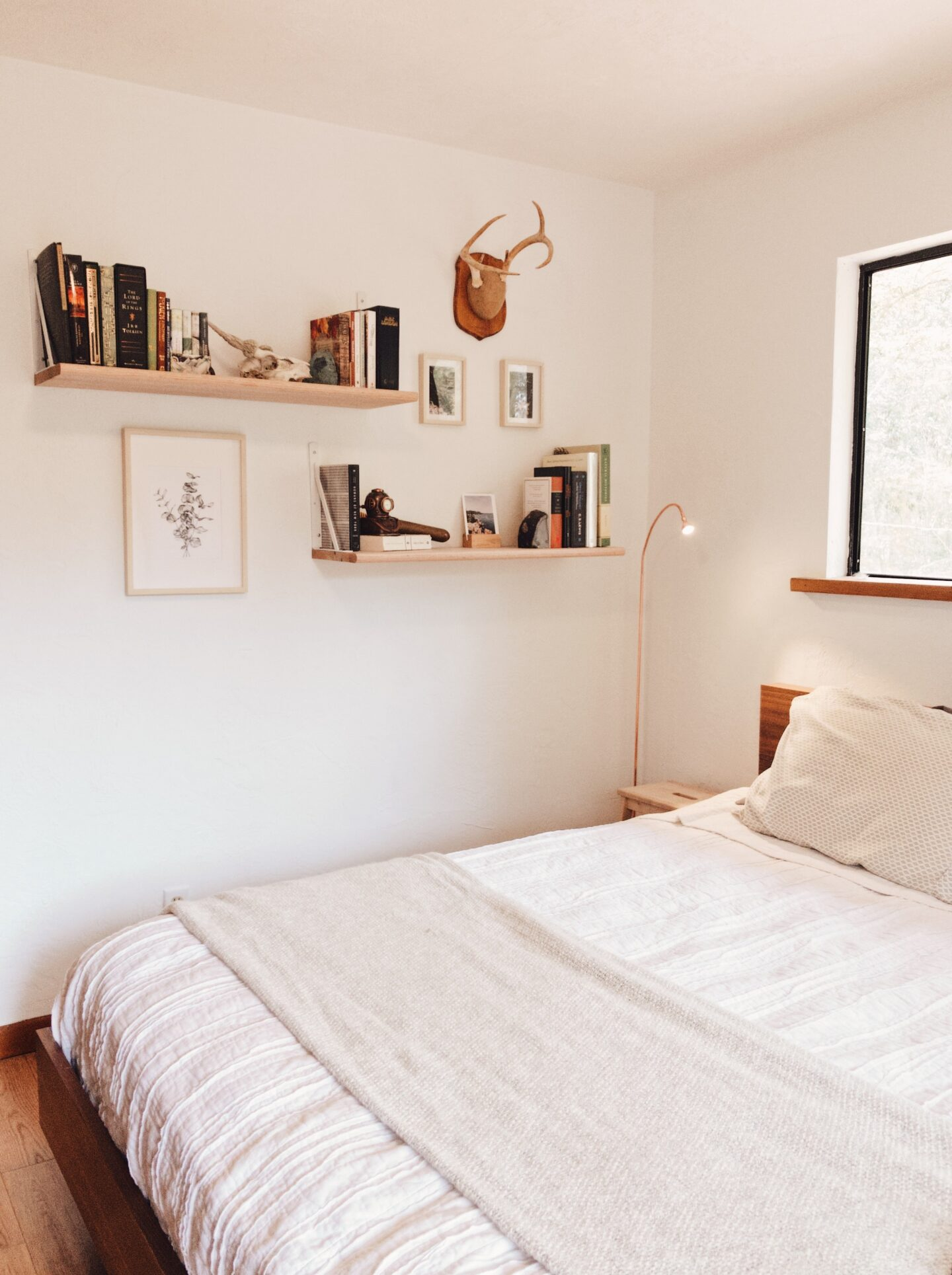 Hanging shelf for an easy and cheap DIY bedroom decor idea