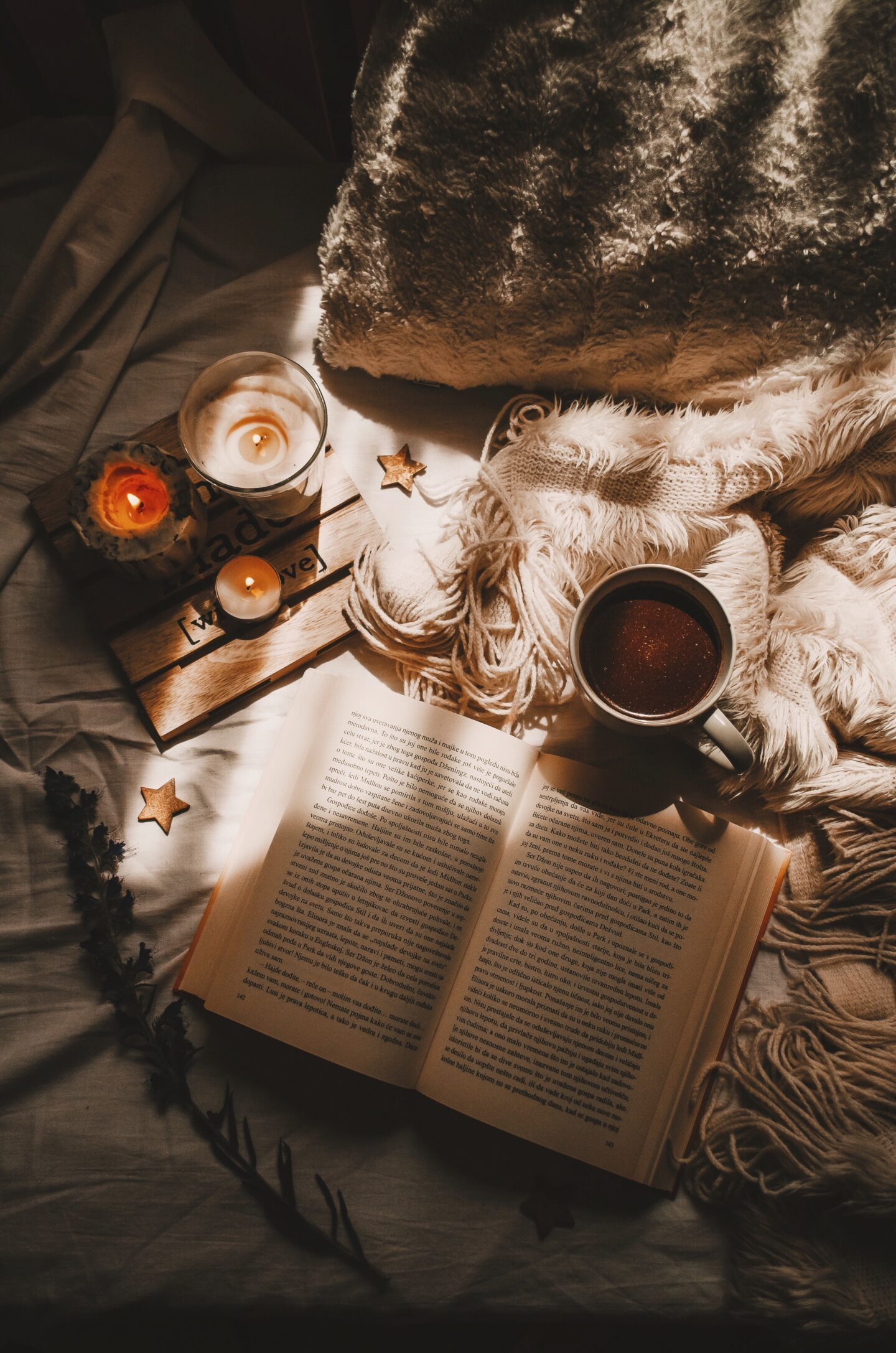 Candles and a book for a chill bedroom vibe. Get inspired to decorate your bedroom into an amazing and relaxing atmosphere.