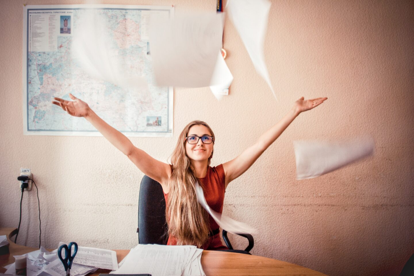 Confident women in her new job after trying out these tips to stop feeling incompetent at work